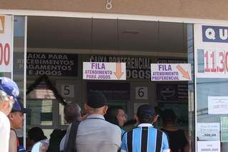 Fila de clientes em lotérica da Capital. (Foto: Marcos Maluf)