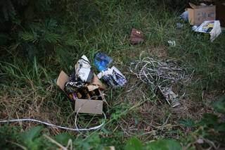 Fios retirados de poste foram deixados no local. (Foto: Paulo Francis)