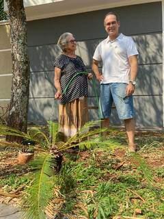 Parceiros de plantação, dona Gleide e seu filho Gill. (Foto: Suzana Serviam)