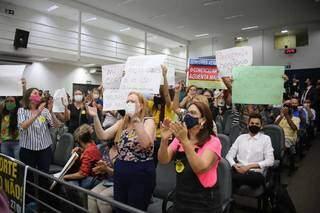 Ala de quem é contrário ao passaporte levou cartazes para audiência. (Foto: Paulo Francis)