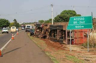 Veículo está tombado às margens da rodovia. (Foto: Henrique Kawaminami)