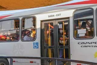 Ônibus saindo lotado do Terminal Morenão. (Foto: Henrique Kawaminami)