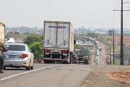 Colisão entre carretas interdita pista da BR-163 após vazamento de óleo