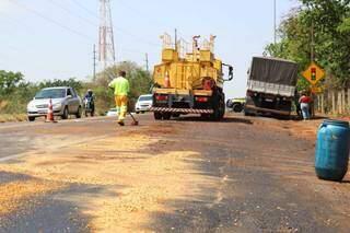 Equipe da CCR MS Via faz limpeza de óleo na pista e PRF acompanha trânsito. (Foto: Henrique Kawaminami)