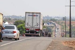 """Com sistema """"pare e siga"""", trânsito ficou congestionado no local. (Foto: Henrique Kawaminami)"""