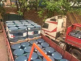 Tambores carregados com acetato de etila eram transportados em cinco caminhões. (Foto: Divulgação)