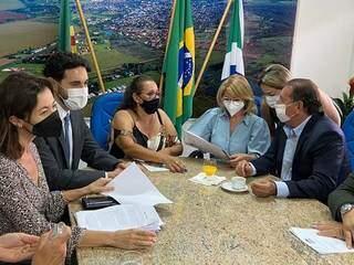 Reunião do último dia 14 entre prefeita Vanda Camilo (PP), deputado estadual Gerson Claro (PP), vereadores Adavilton Brandão (MDB), Joana Michalski (PSB) e Juscinei Claro (PP). (Foto: Câmara Municipal)