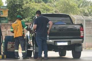 Consumidor abastecendo o veículo em um posto de combustível da Capital (Foto: Marcos Maluf)