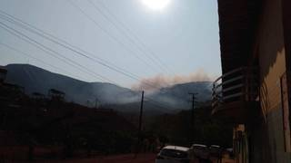 Fumaça na região do Maciço do Urucum e Morro Santa Cruz pode ser vista de longe. (Foto: Corpo de Bombeiros)