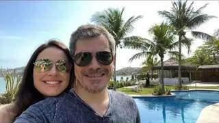 Promotor Douglas Oldegardo e a esposa, delegada Ariene Murad, posam para foto com piscina e mar ao fundo (Foto: Instagram/Reprodução)