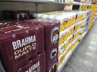 """Cervejas expostas em prateleira de supermercado; marcas """"queridinhas"""" vão sofrer reajuste no preço. (Foto: Paulo Francis)"""