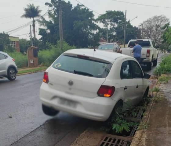 Susto a caminho de passeio: condutora fica com carro preso em bueiro