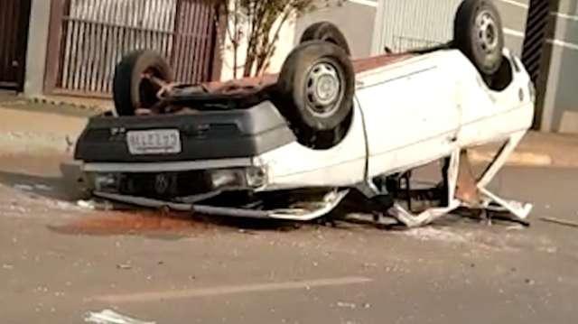 Carro capotado é abandonado na rua, em bairro de Campo Grande