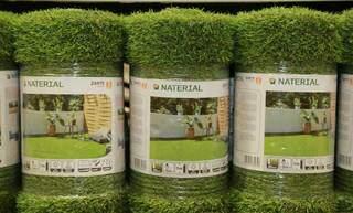 Para quem não quer perder tempo com manutenção, grama sintética. (Foto: Kisie Ainoã)