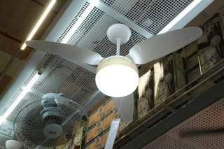 Ventilador de teto branco, com três pás, é acionado por controle remoto. (Foto: Kísie Ainoã)