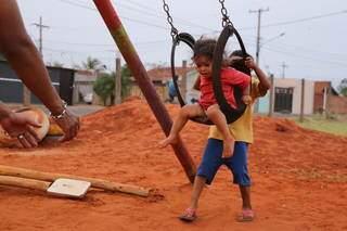 Criança brincando em parquinho feito por moradores em bairro de Campo Grande. (Foto: Arquivo/Campo Grande News)