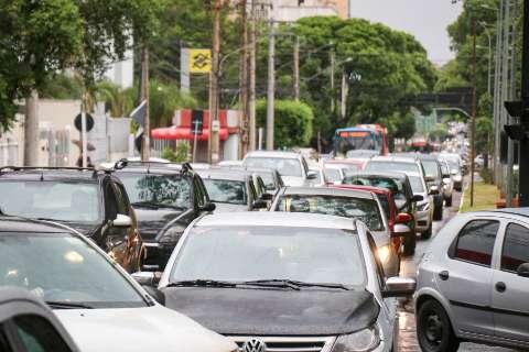 Chuva e interdição deixam trânsito lento no Centro de Campo Grande