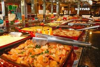 Camarões, pratos quentes e muita comida japonesa estão disponíveis no buffet. (Foto: Henrique Kawaminami)