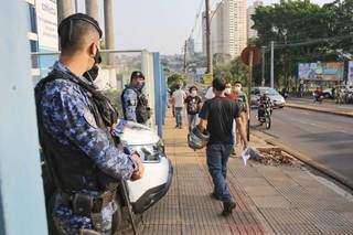 Movimentação em frente à Uniderp no dia do concurso. (Foto: Paulo Francis)