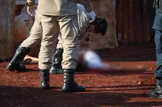 Bombeiros analisam corpo da vítima para identificar ferimentos (Foto: Henrique Kawaminami)