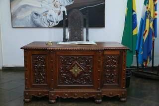 Mesa de jacarandá é centenária e ricamente adornada. (Foto: Kísie Ainoã)