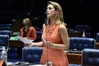Senadora em plenário, marca da atuação intensa em Brasília. (Foto: Divulgação)