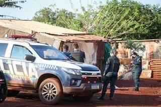 Polícia Militar foi a primeira a chegar no local onde homem foi encontrado morto. (Foto: Henrique Kawaminami)
