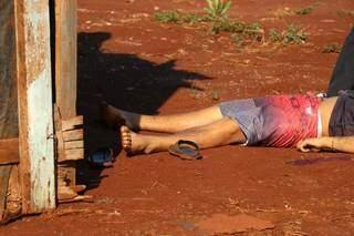 Corpo de homem foi encontrado por moradores na manhã desta sexta-feira (Foto: Henrique Kawaminami)