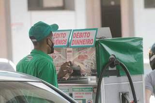 Carro sendo abastecido em um posto de combustíveis da Capital. (Foto: Marcos Maluf/Arquivo)