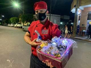 Adilson vendendo chocolates na noite de sexta-feira, em um dos bares mais antigos da cidade: Aguena. (Foto: Thailla Torres)