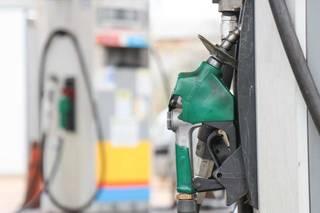 Aumentos sucessivos da gasolina estão colocando em xeque política de preços da Petrobras (Foto: Henrique Kawaminami)