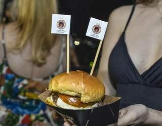Hambúrguer de carne de búfalo, oferecido pela Lari Churras e uma das opções do Festival. (Foto: Does Marketing Digital)