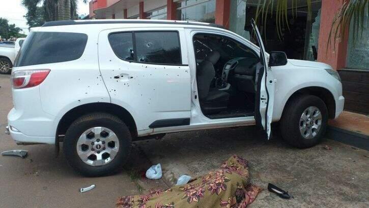 Carro onde as vítimas estavam no momento do atentado (Foto: ABC Color)