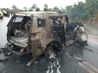 Viatura da PRF ficou carnobizada depois do acidente (Foto: Sidney Assis)