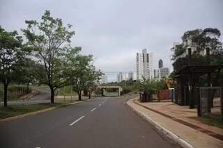 Ruas vazias e céu nublado, cenário de feriado em Campo Grande. (Foto: Paulo Francis)