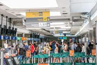 O movimento nos aeroportos será de mais de 700 mil pessoas que se programaram para viajar neste feriadão (Foto: Henrique Kawaminami)