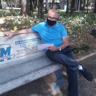 Edimilson sentado em um banco, usou tempo da pandemia para escrever livros. (Fotos: Arquivo Pessoal)