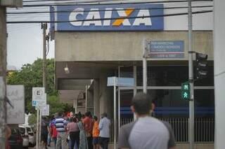 Pessoas na fila da Caixa Econômica Federal em Campo Grande. (Foto: Marcos Maluf)
