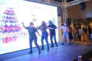 É esquerda, Patrícia, de 51 anos, se diverte dançando em meio a adolescentes. (Foto: Paulo Francis)