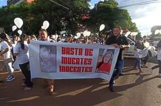 Manifestantes durante o protesto desta noite. (Foto: Radio Império)