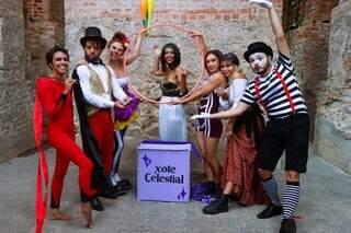 """Dju, ao centro, com os artistas circenses no set do clipe de """"Xote Celestial"""". (Foto: Lara Galvão)"""