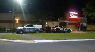 Viaturas da Polícia Militar em frente ao motel na noite de ontem.(Foto: Direto das Ruas)