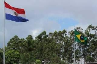 Bandeiras do Paraguai e Brasil, hasteadas lado a lado, em Ponta Porã, na fronteira dos dois países (Foto: Marcos Maluf)