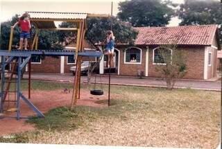 Na década de 90, Saulo brincando ao lado da irmã e a mãe na janela observando os filhos. (Foto: Arquivo Pessoal)