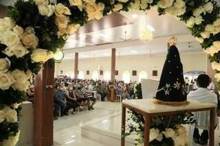 Expectativa é de que dez mil pessoas passem por igreja nesta terça-feira. (Foto: Kísie Ainoã)