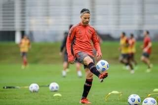 Meia Diego controla a bola em treino no Flamengo (Foto: Divulgação)