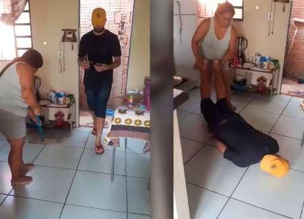 """Marido vira """"pano de chão"""", vídeo bomba e fica difícil lidar com a fama"""