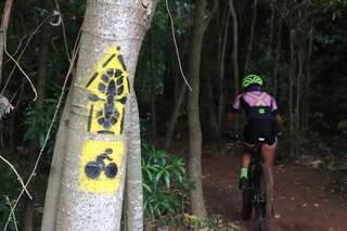 Ciclista na Rota dos Pioneiros, uma trilha de 388,8 km que cruza três municípios de Mato Grosso do Sul (Foto: RedeTrilhas/Reprodução)