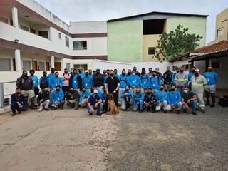 Turma de colaboradores que passaram por treinamento recente. (Foto: Divulgação)