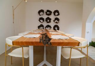 Mesa da Renata Tavares também é destaque no ambiente. (Foto: Kísie Ainoã)